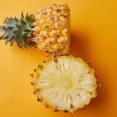 CURCUMA&ZENZERO in ANANAS 💛 - Ritensione Idrica e Cellulite bye bye 👋🏻   Grazie alla bromelina, l'ananas 🍍 ha virtù anti infiammatorie, aiuta a ridurre edemi e gonfiori e contribuisce a combattere cellulite e ritenzione idrica!!✨🍍✨ Acquista ora il succo Curcuma&Zenzero in Ananas di Premium Fruit in OFFERTA -15% 💥 dal 18 al 24 maggio 💥 succo 100% naturale ricco di tutte queste proprietà depurative e drananti! 💦🔹  #premiumfruit #premiumfruitcurcumaezenzero #succodifrutta #succhidifrutta #succofrutta #succodiananas #succoananas #spremutedifrutta #spremutadifrutta #succhinaturali #succonaturale #succosenzazucchero #succhisenzazucchero #spremutasenzazucchero #spremutasenzazuccheri #spremutanaturale #spremutenaturali #curcuma #zenzero #curcumaezenzero #cellulitetreatment #addiocellulite #ritensioneidrica #ritensioneidricanontitemo #byebyecellulite #estate2021 #detoxtime #cellulitefree #celluliteremoval